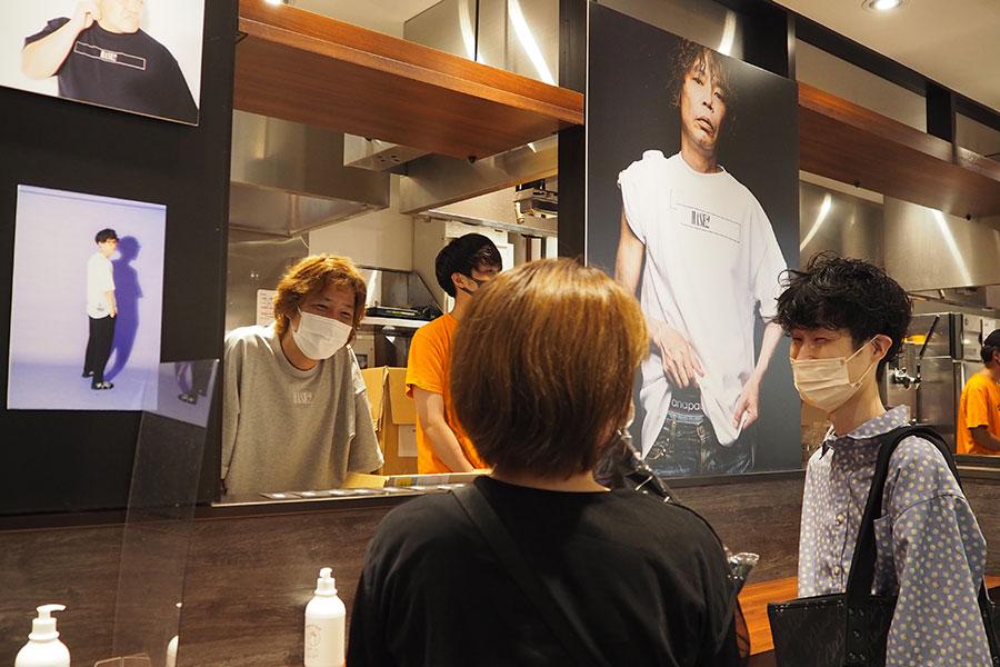 ファッションについて購入者と話す長谷兄(28日・なんばグランド花月)