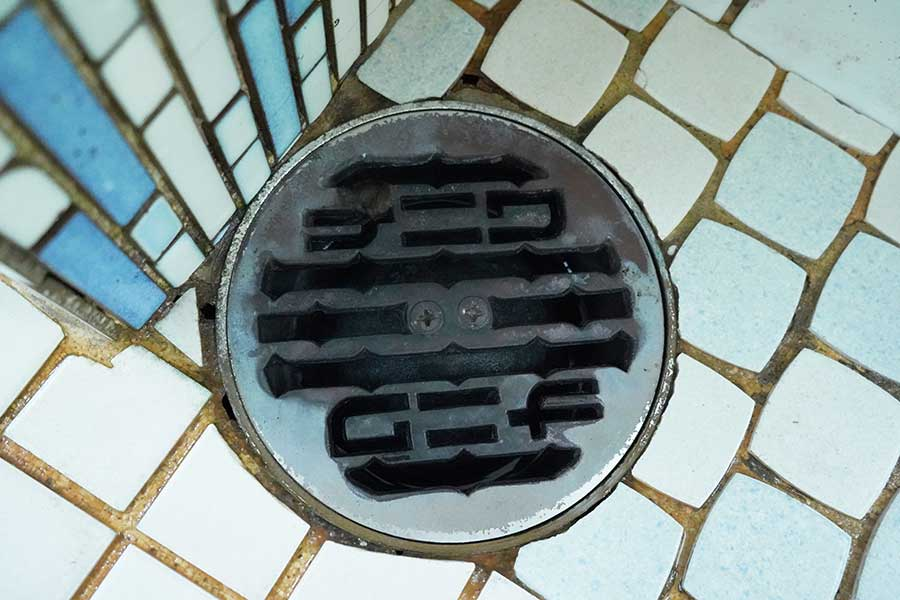 工務店名がデザインされている排水口のフタ、チェックしてみよう!