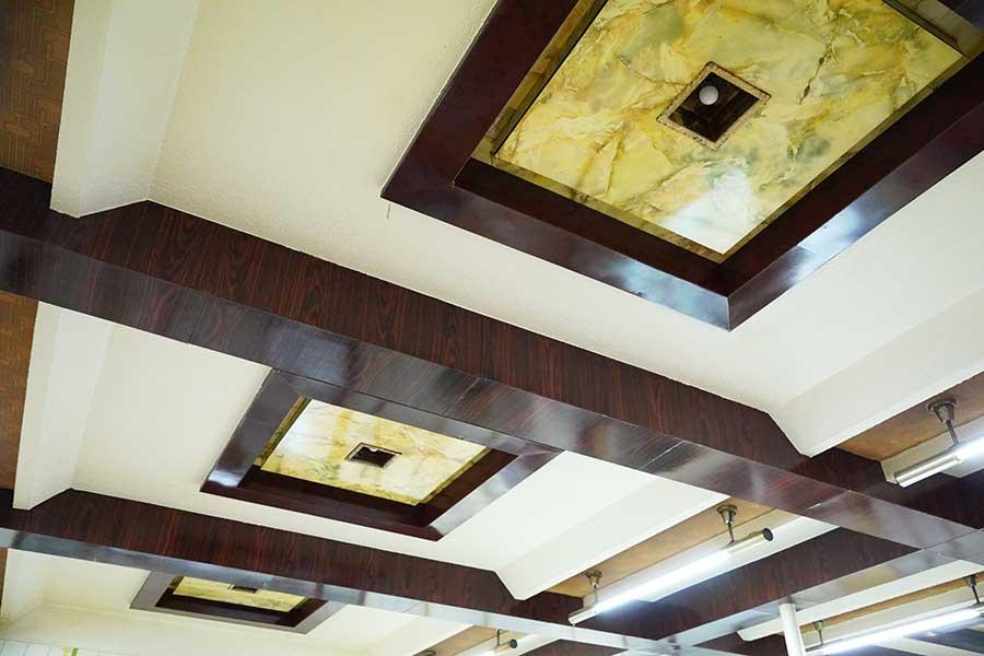 大理石調の豪華な天井、大阪みを感じる