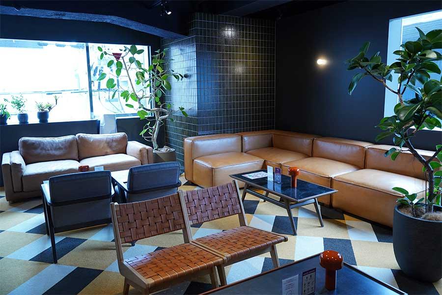 開放的なオープンスペースのインターネットカフェ