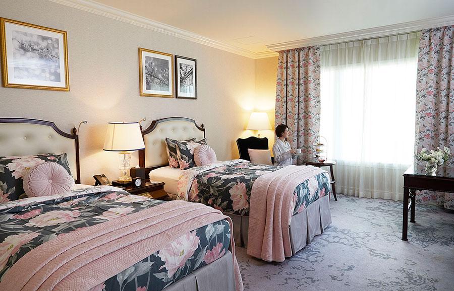 『ローラ アシュレイ ルーム』の宿泊プランの客室。アフタヌーンティーを部屋でいただき、ローラ アシュレイのアメニティ、朝食付きで39110円(1室2名利用時、9月1日〜11月4日)