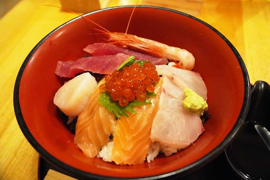 お手頃価格の「海鮮丼」(900円)