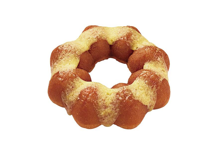 さつまいもをイメージした、ホクホク&しっとりとした食感のドーナツ生地に、シロップを染み込ませ、塩バターフィリングを乗せた「蜜いもバター風味」(テイクアウト140円)