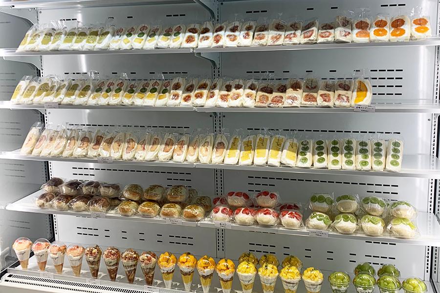 店内は白で統一。清潔感あふれる雰囲気で、ずらりとフルーツと野菜のメニューが並ぶ