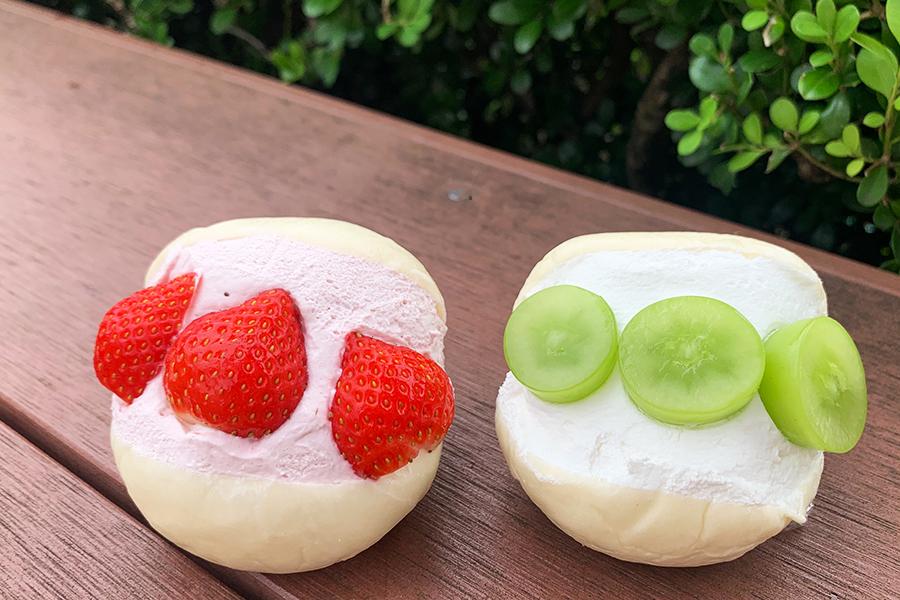 夏いちごのマリトッツォ350円とシャインマスカットのマリトッツォ380円。ふんわり柔らかな白パンに、皮が薄く糖度が高い長野県産特選シャインマスカットや甘酸っぱい夏いちごをサンド