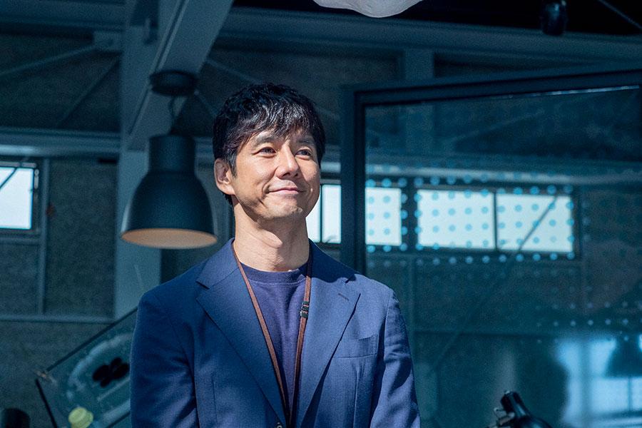 優しい笑みを浮かべる朝岡(西島秀俊)(C)NHK