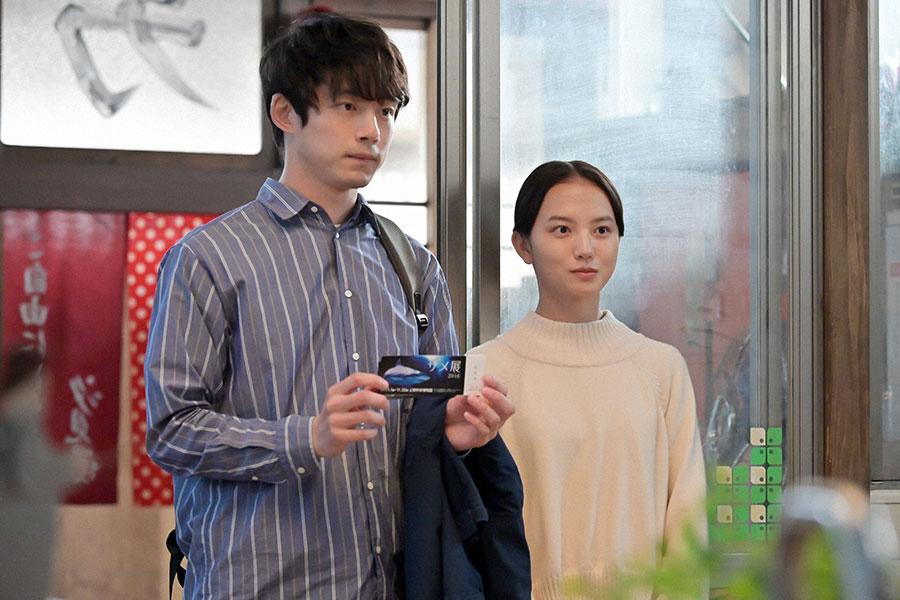 出掛ける予定の「サメ展」のチケットを見せる菅波(坂口健太郎)と百音(清原果耶)(C)NHK