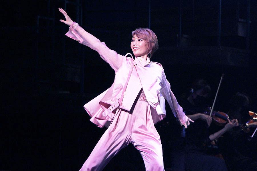 柔らかいピンクの色味が舞台上でもトピックスに。セットリストは通常回とゲスト出演回で異なる