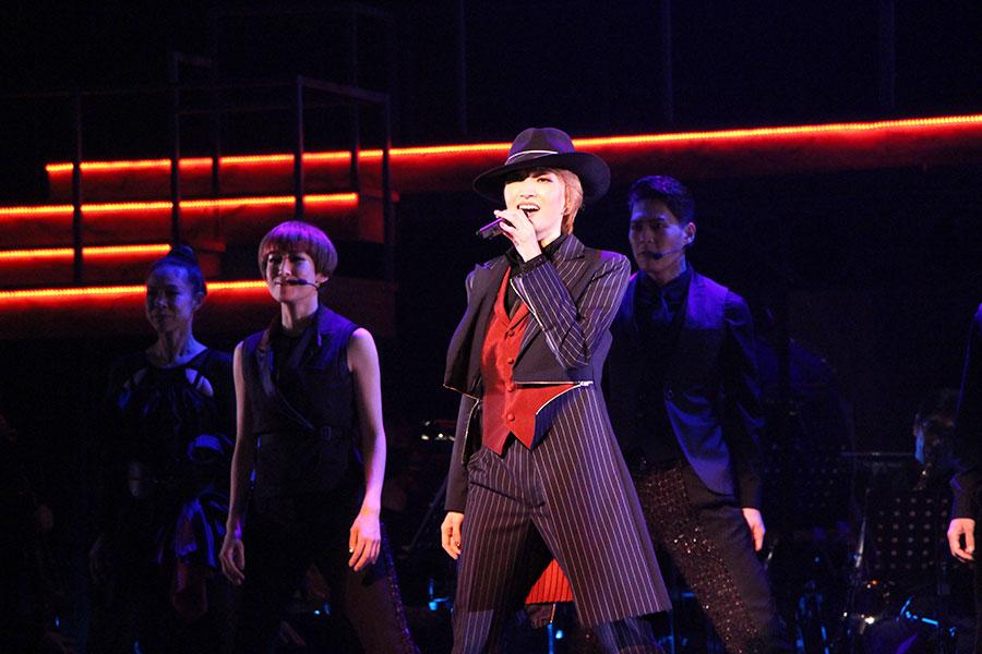 男役を彷彿とさせるダンスでも魅了。退団後初コンサートならではの七変化が見られる
