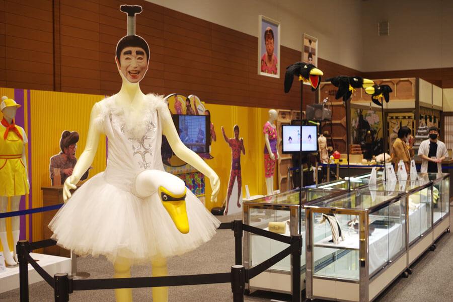 会場には股間から首がでる白鳥や、「カラスの勝手でしょ」のカラスも展示(8月5日・大阪市中央区)