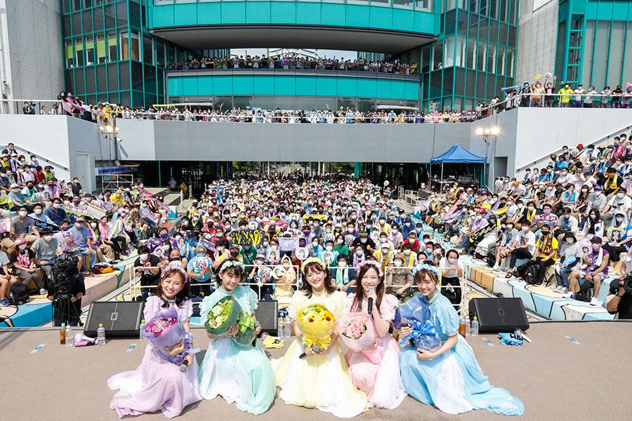 観客をバックに写真撮影するたこやきレインボー(31日・大阪南港ATC)
