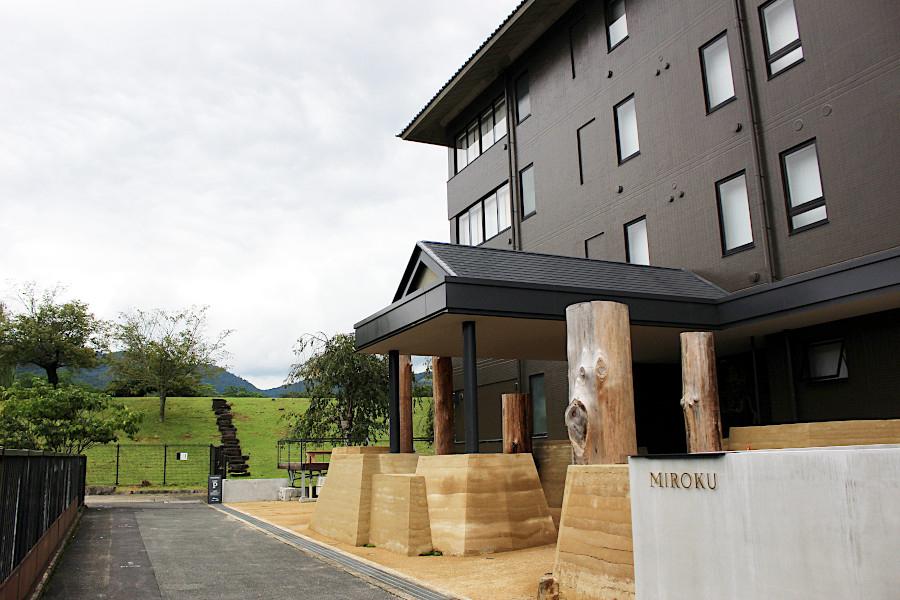 9月16日に開業したライフスタイルホテル「MIROKU 奈良 by THE SHARE HOTELS」。施設名の「MIROKU(ミロク)」には、奈良の美しい(=ミ)山麓(=ロク)、鹿(=ロク)と未来の世に人々を救済するとされる弥勒菩薩(ミロクボサツ)に由来し、奈良への未来づくりに取り組んでいく姿勢や思いが込められている