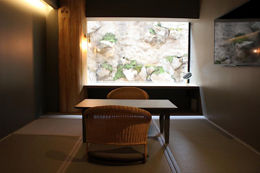奈良県出身である佐野文彦のFumihiko Sano Studioが担当した地下階。元駐車場スペースというホテルとしてはマイナス面を大胆に逆転の発想で落ち着いた空間に変えた