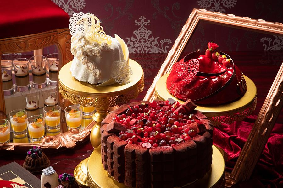 中央は、「女王陛下のお気に入りチョコレートシャルロット」。右は「白の女王様の冠」。左は「赤の女王様のドレスケーキ」のイメージ