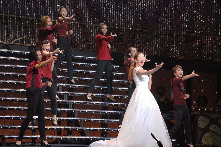 雪組のショー『joyful!!』の主題歌を、スペシャルゲストの水夏希とキャストが弾むように歌う