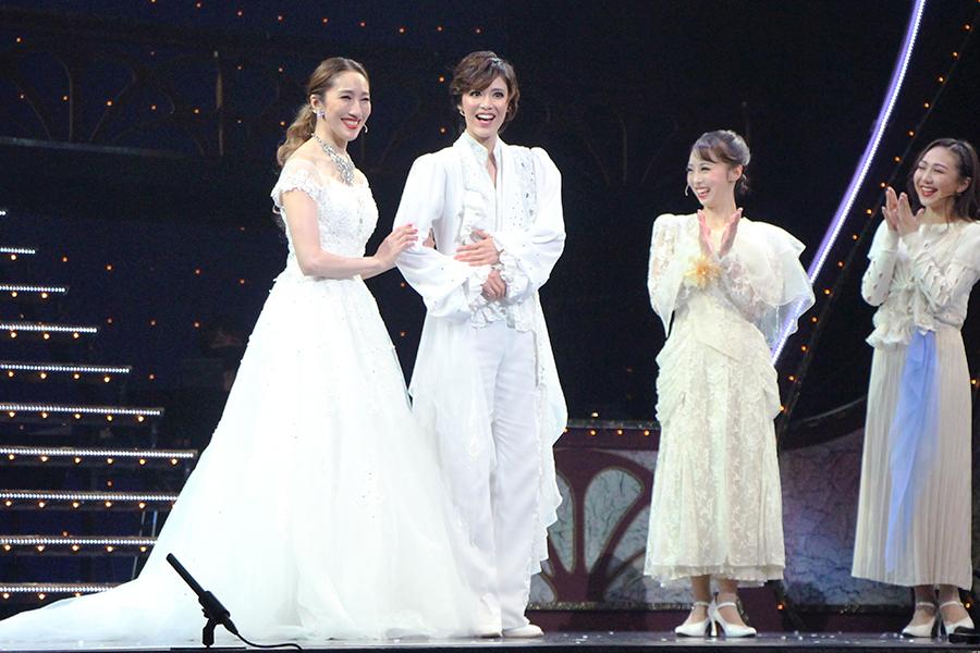 久々の共演となった水夏希(写真左)と彩凪翔が、ほのぼのとした表情を見せる