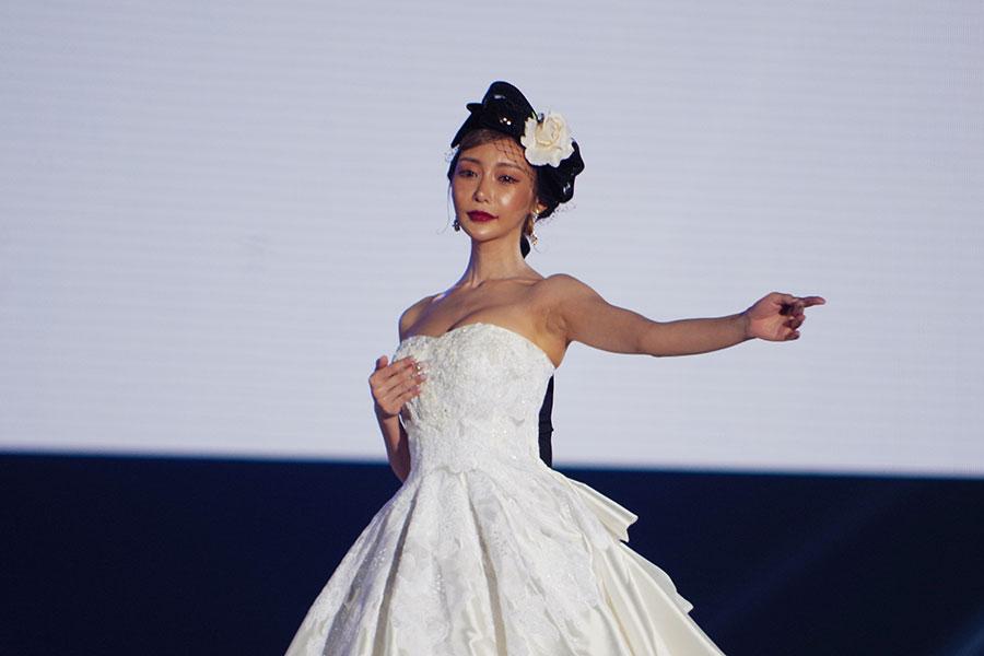 『関西コレクション』のステージに登場した明日花キララ(5日・京セラドーム大阪)