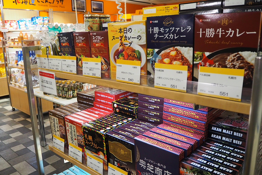 北海道が誇るスープカレーも販売。十勝、札幌、函館などご当地ものが充実