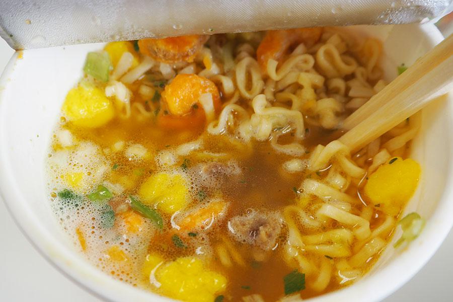 「カップヌードル&しお」(スープ比率目安 カップヌードル:しお=1:2.5)スープの色は薄い茶色。すっきりあっさり飲める
