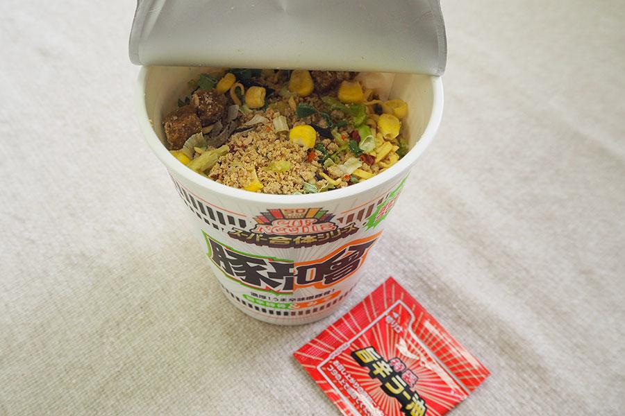 「味噌&旨辛豚骨」の具材。特製旨辛ラー油がついている