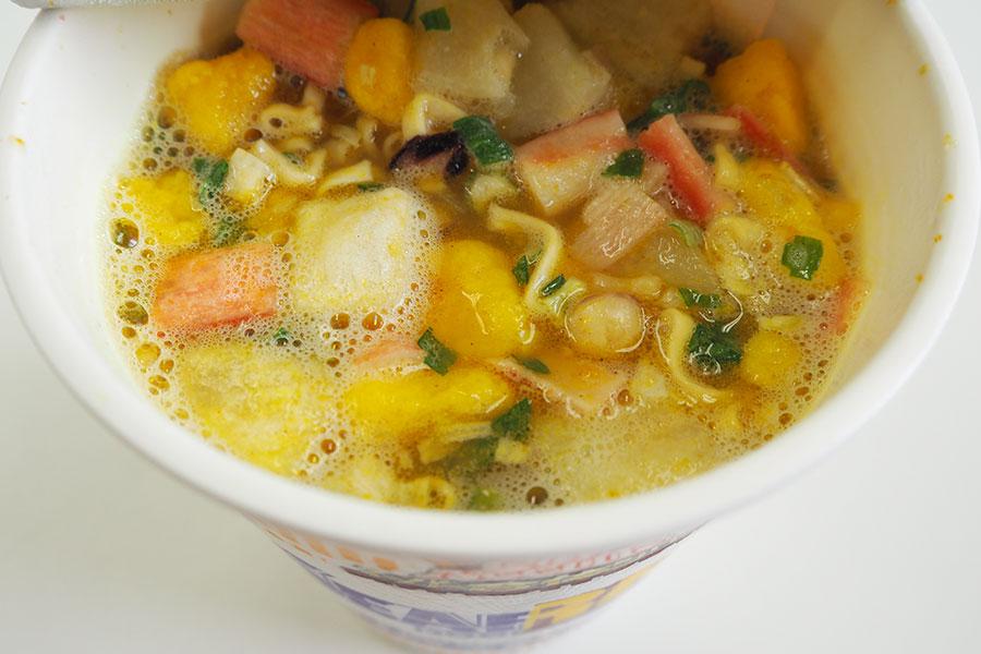 「カレー&シーフード」(スープ比率目安 カレー:シーフードヌードル=1:4)。通常の「カップヌードル カレー」のスープはどろっとしているが、こちらはさらっとしている