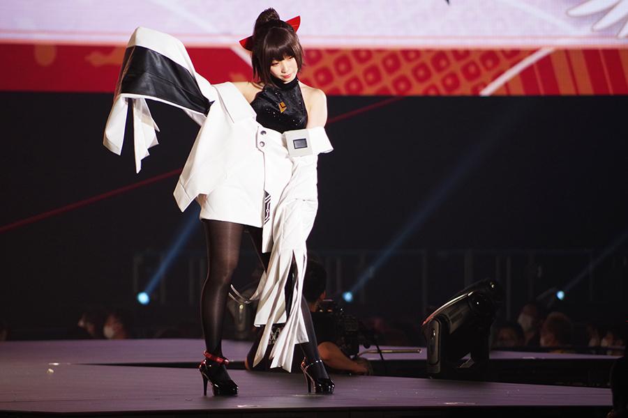 「鶴の恩返し」をイメージした衣装で登場した伊織もえ(5日・京セラドーム大阪)