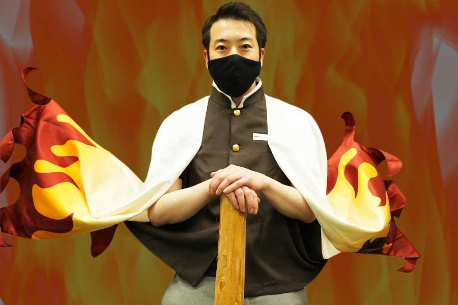 「クオリティ高すぎ」と話題のUSJ「羽織」(7900円)、会社にあるもので撮ってみました!(風を送っています)