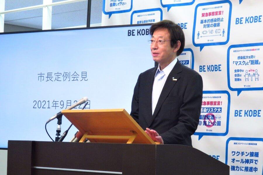 広告について聞かれ、苦笑しながら考えを述べる久元喜造神戸市長(9月22日・神戸市役所)