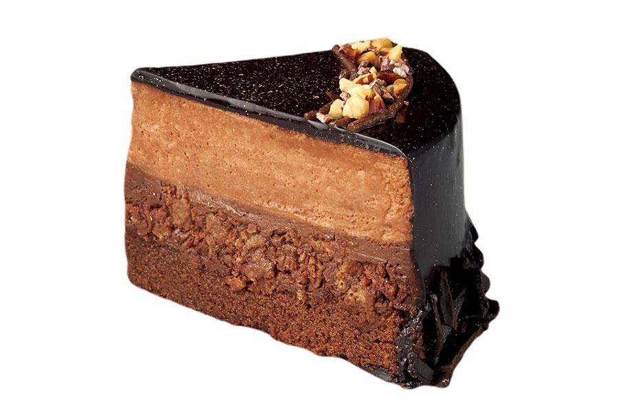 「ノエルショコラ 4号」断面。濃厚なガトーショコラ、ガナッシュチョコ、チョコムースが層になった贅沢なチョコケーキ。なかに混ぜてあるフィアンテーヌ、トッピングのアーモンドが食感のアクセントに。