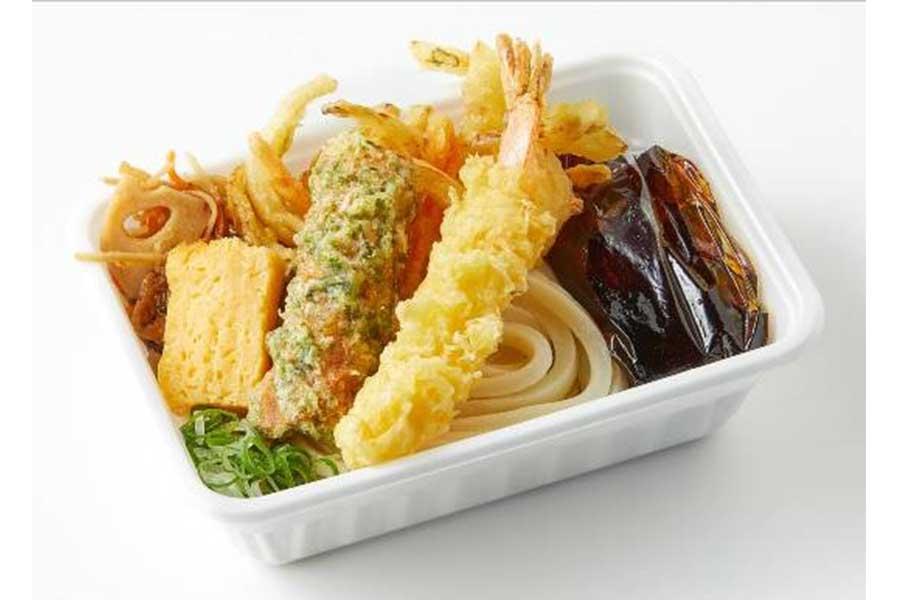 「3種の天ぷらと定番おかずのうどん弁当」(490円)