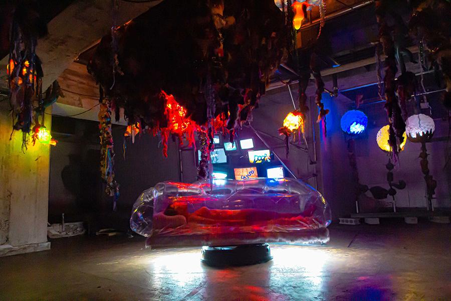 透明なカプセルを使った体験型作品「Fantastic Voyage」