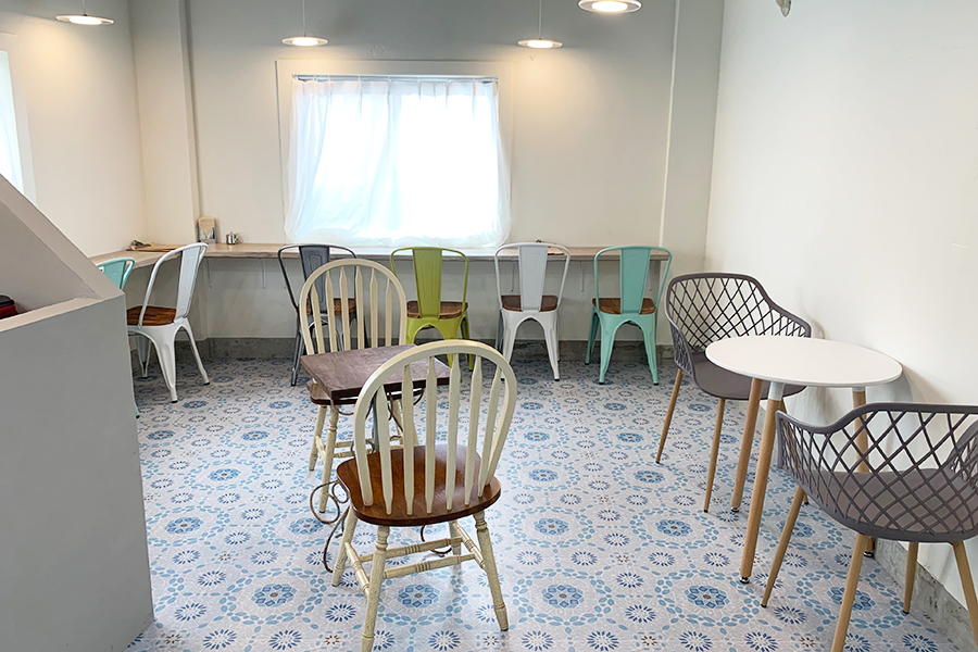 北欧タイル風の床とシンプルなインテリアがかわいい店内