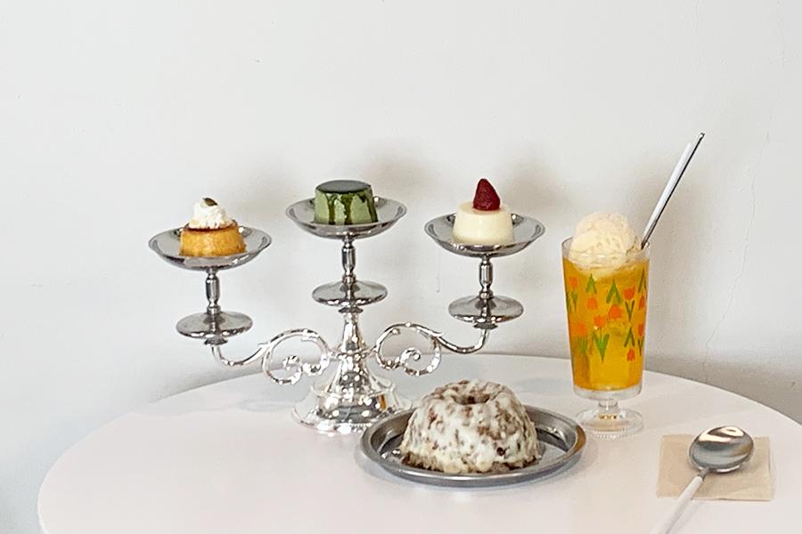 夕張メロンクリームソーダ750円。自家製ジェラートが濃厚。食事系とスイーツ系のプリンをセットでいただきたくなる