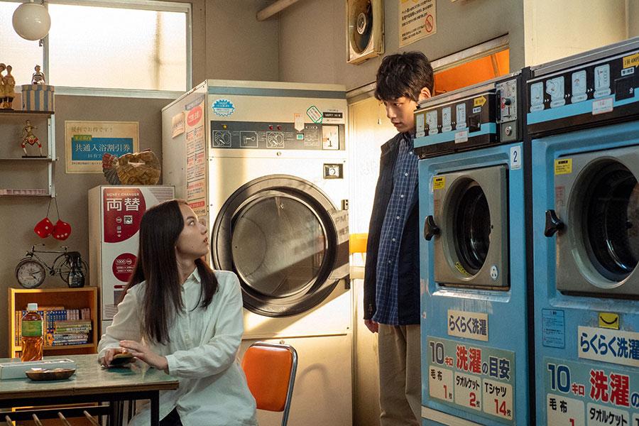 コインランドリーを訪ねて来た菅波(坂口健太郎)と百音(清原果耶)(C)NHK