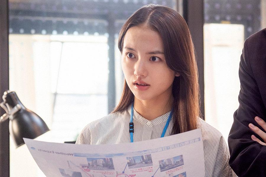 代表選考レースのデータを確認する23歳の百音(清原果耶)(C)NHK