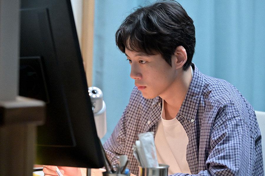 登米の診療所で働く菅波(坂口健太郎)(C)NHK