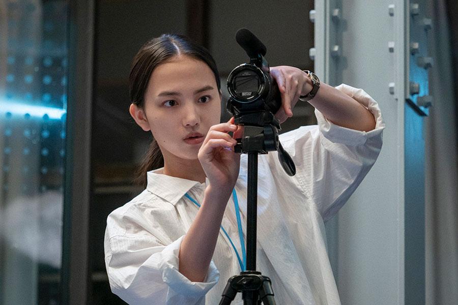 カメラをセットする百音(清原果耶)(C)NHK