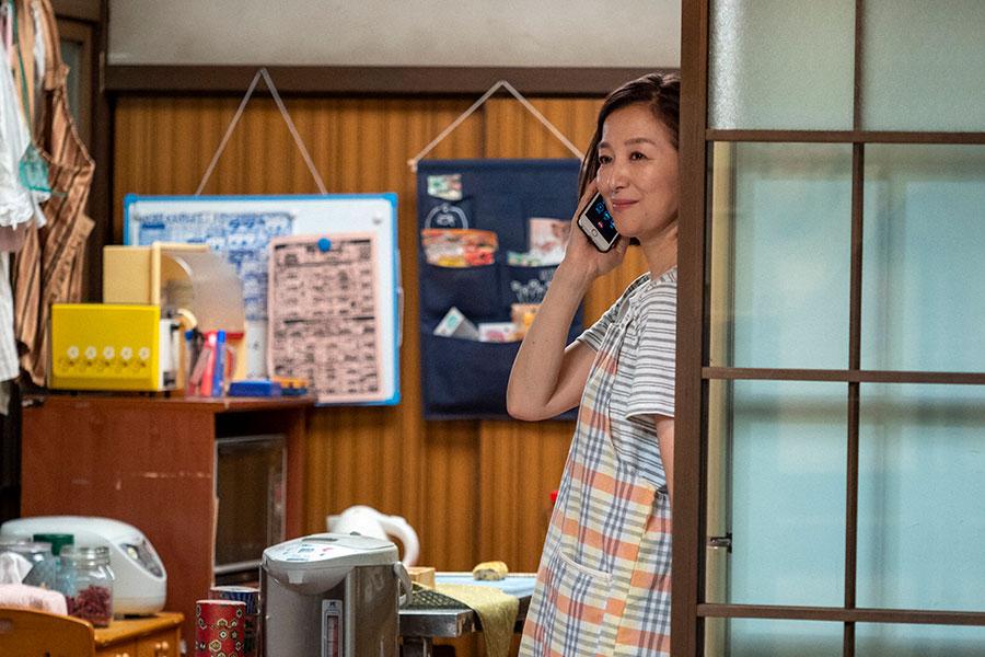 百音と電話し微笑む亜哉子(鈴木京香)(C)NHK