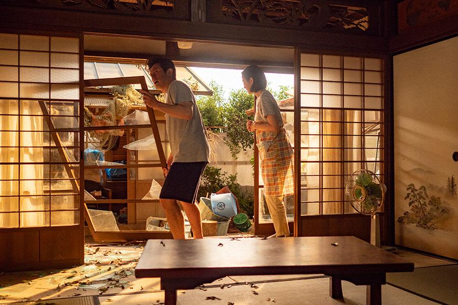 突風の被害を受けた永浦家の片付けをする耕治(内野聖陽)と亜哉子(鈴木京香)(C)NHK