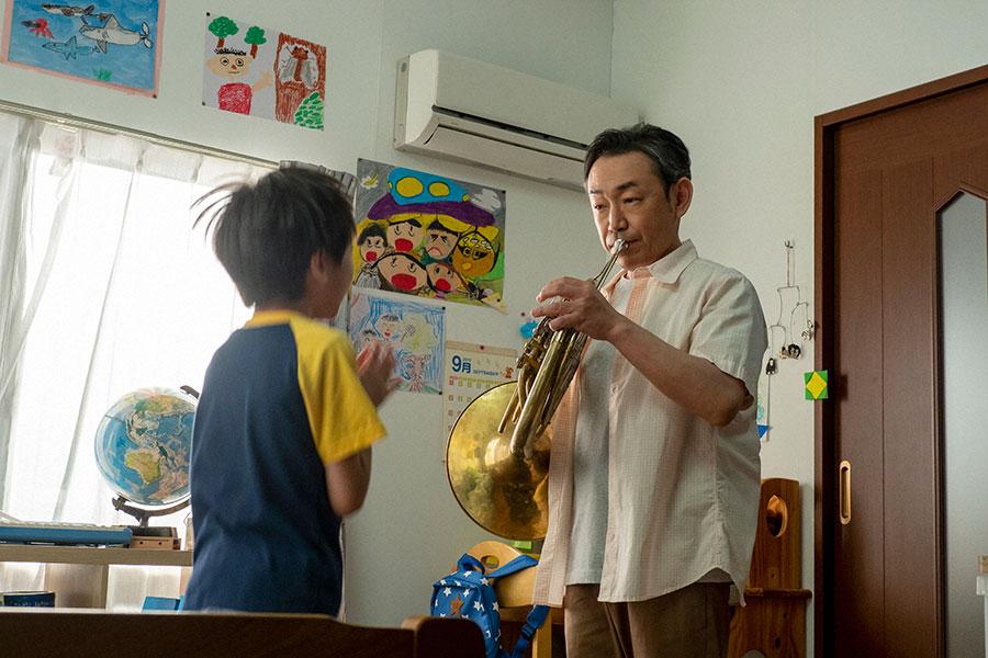子どもにホルンを演奏する宮田(石井正則)(C)NHK