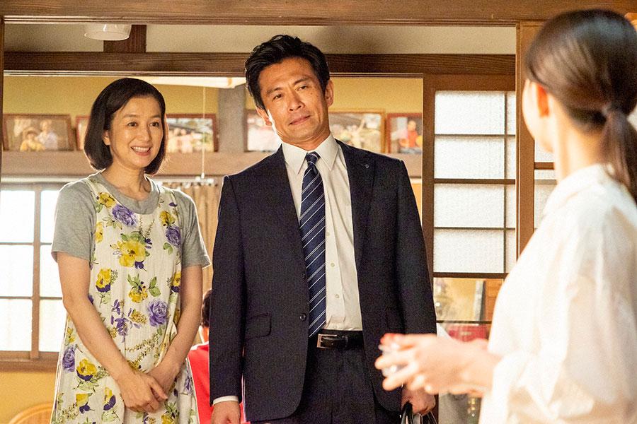 百音に温かく笑いかける耕治(内野聖陽)と亜哉子(鈴木京香)(C)NHK