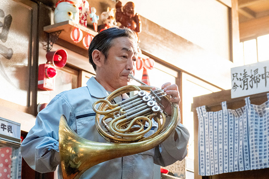 ホルンを演奏する宮田(石井正則)(C)NHK