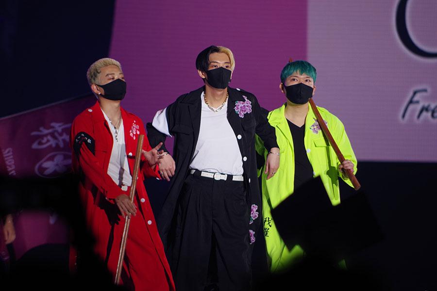 特攻服姿でランウェイに登場したNextStageのメンバー(5日・大阪市内)