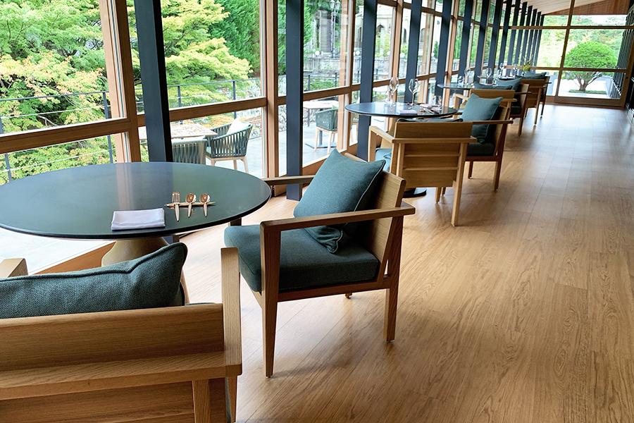 レストラン内にある「ENGAWA」席。ガラス窓の向こうには天神川を見下ろすテラス席も