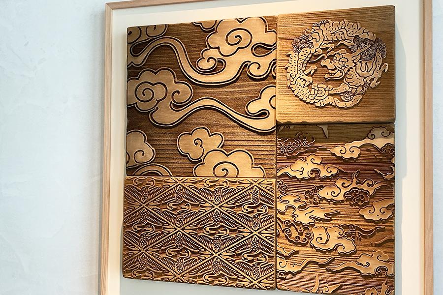 客室には唐紙がテーマの部屋もあり、客室棟の廊下には唐紙の版木を使ったアートワークが飾られている