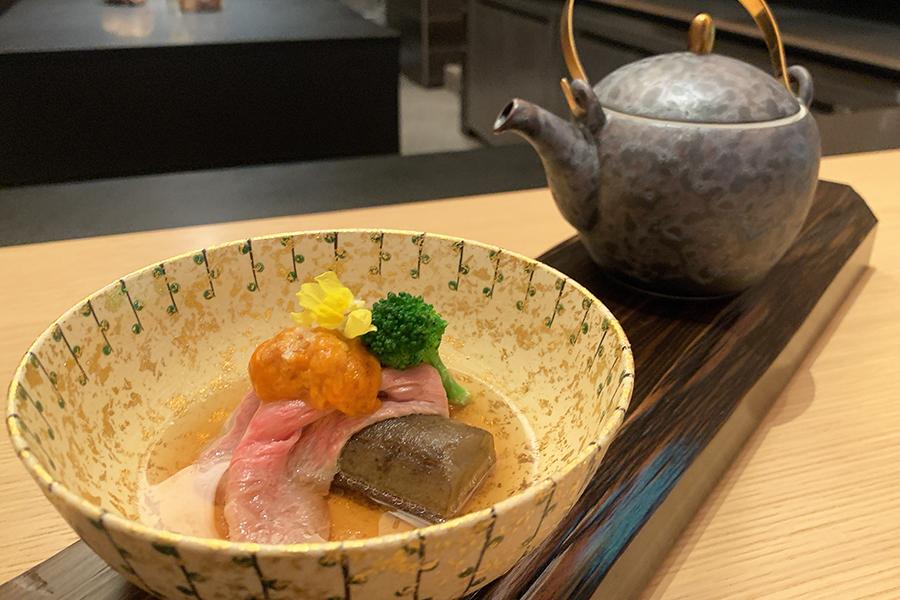 シェフズテーブル限定コース35240円から、「堀川ごぼう、和牛、雲丹」。牛肉のスープとあごだしを合わせた和風コンソメスープを目の前でかけて供される