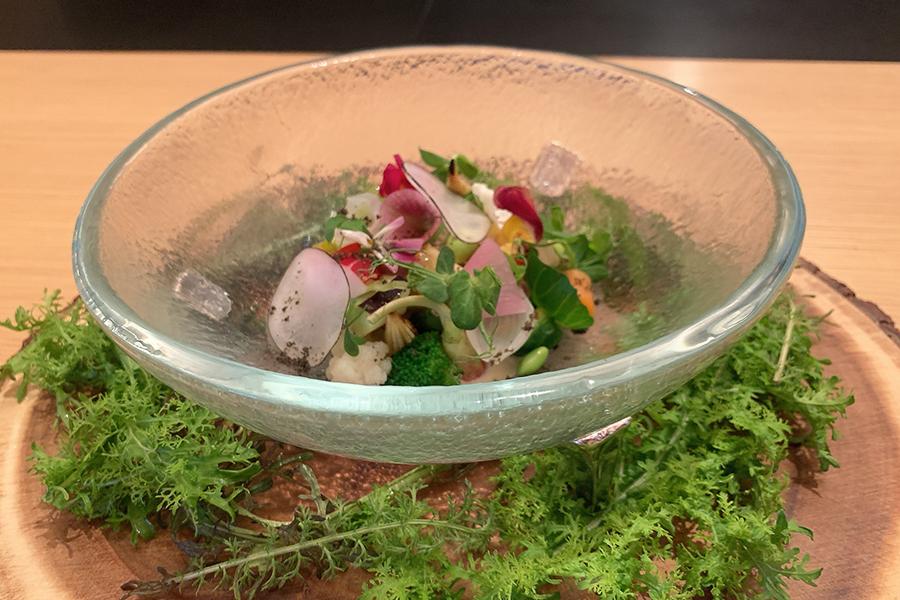 シェフズテーブル限定コース35240円から、敷地内のハーブ園で採れた新鮮なハーブや野菜をふんだんに使ったシグニチャーディッシュ「薬草園」