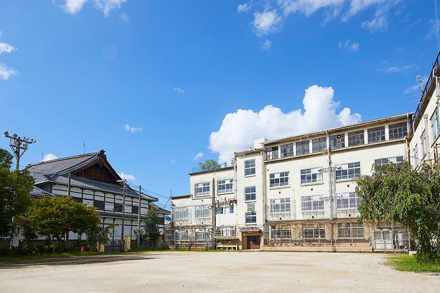 元新道小学校(左)と宮川町歌舞練場
