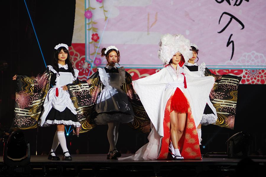 ライバーを引き連れ、「狐の嫁入り」の衣装で登場した宮本彩希(5日・京セラドーム大阪)