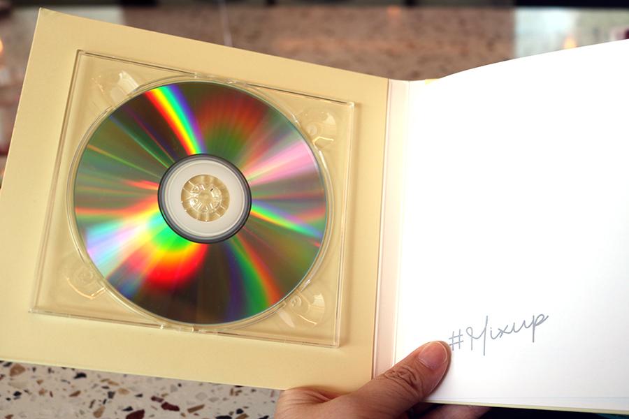 CDケースをイメージしたメニュー。黄色は今回のコース用で、なかにはハロウィンのイラストがちりばめられている